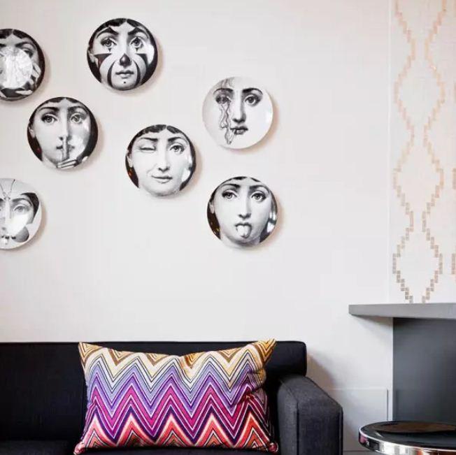 Тарелки с интересными принтами или фотографиями членов семьи