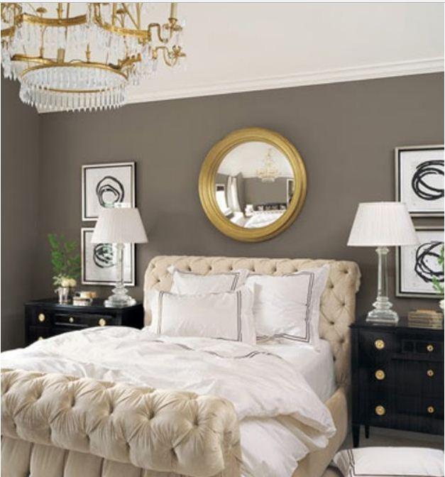 Аксессуары золотого цвета в интерьере спальни