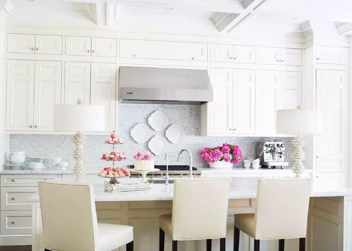 Изысканные фарфоровые тарелки на кухонном фартуке