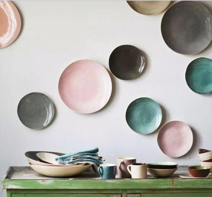 Композиция из нескольких однотонных тарелок ярких цветов