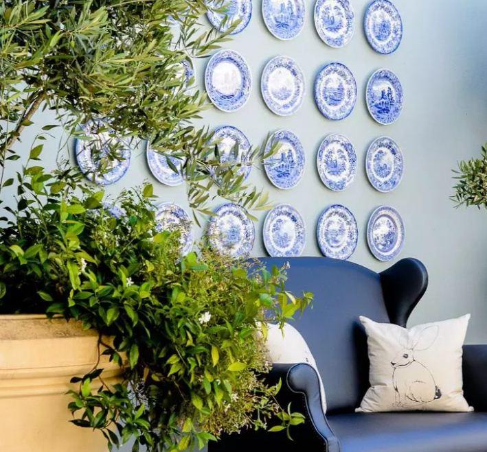 Тарелки в одном стиле на стене прихожей