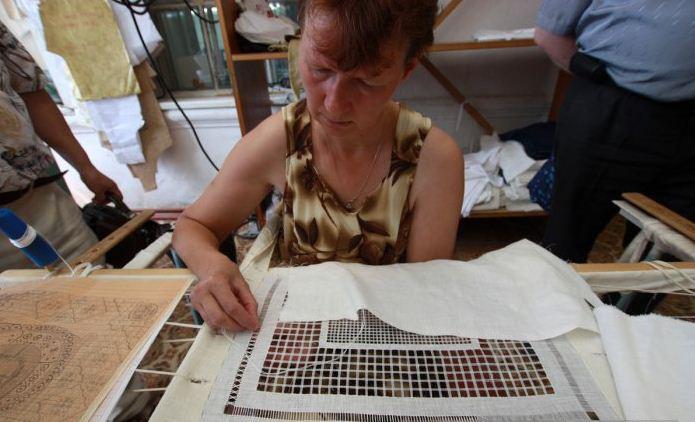 Процесс создания ажурной вышивки