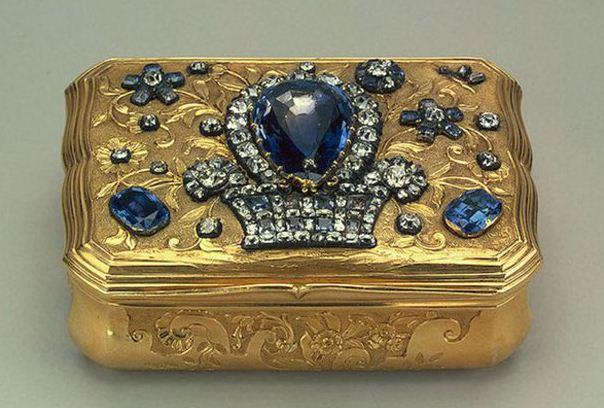 Золотая табакерка с бриллиантами и сапфирами ( середина XVIII века)