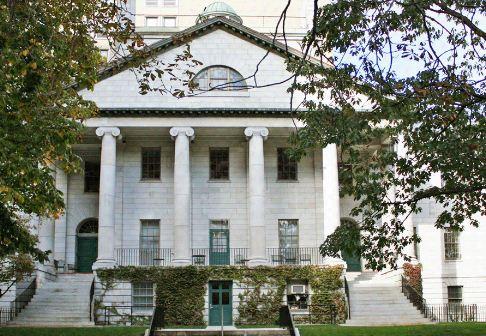 Здание Массачесетского госпиталя в Бостоне ( штат Массачусетс, США, 1818 год).
