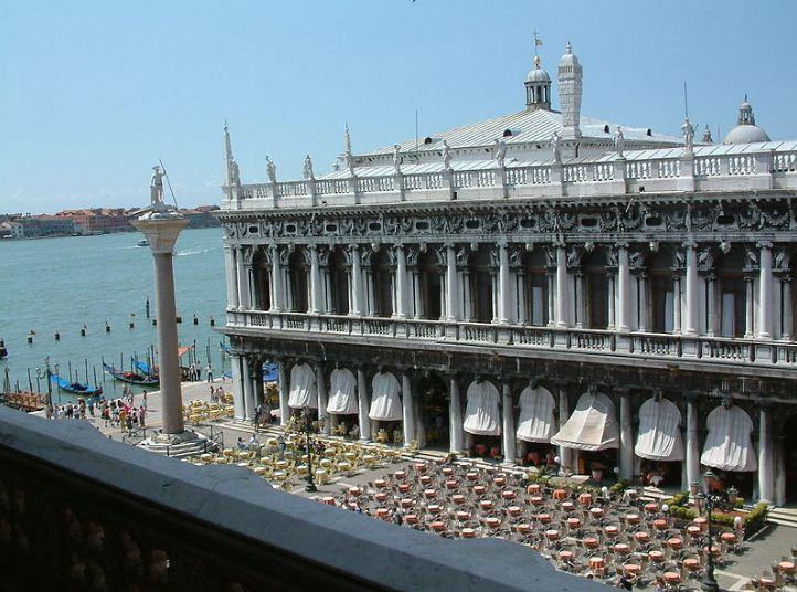 """Библиотека """" Марчаны"""" ( 1536 год), построенный по проекту Якопо Сансовино."""