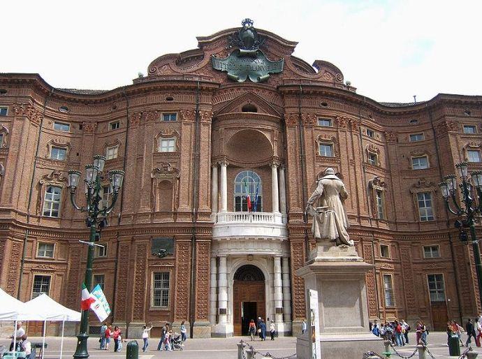 Фасад Палаццо Кариньяно в Турине имеет вогнуто - выпуклые формы.