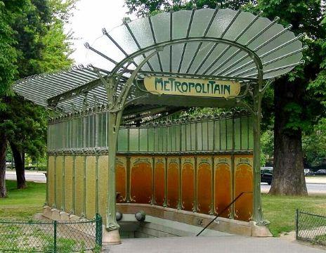 Входные павильоны метров Париже, построенные в 1900 году по проекту Эктора Гимара.