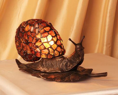 Светильник из янтаря в виде улитки
