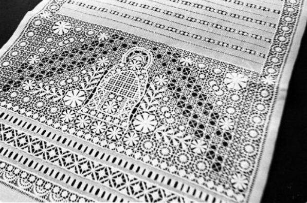 Чаще всего крестецкая вышивка выполнялась белыми нитками на светлом фоне