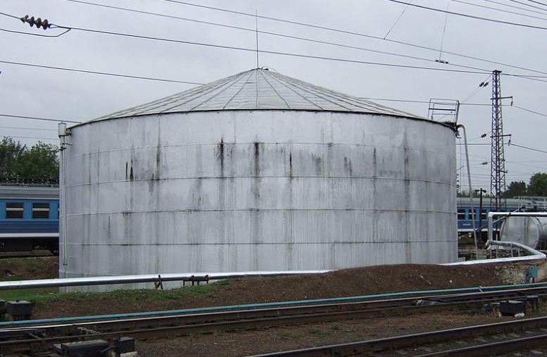 Старинный клепаный нефтяной резервуар Шухова на железнодорожной станции в городе Владимир.