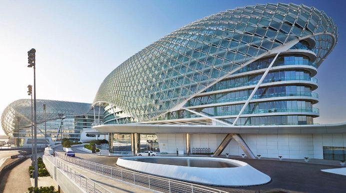 """Здание отеля """" Yas Viceroy"""" ( Арабские Эмираты), построенного по проекту архитекторов группы """" Асимптота"""". В отель встроена часть гоночной трассы """" Формулы - 1""""."""