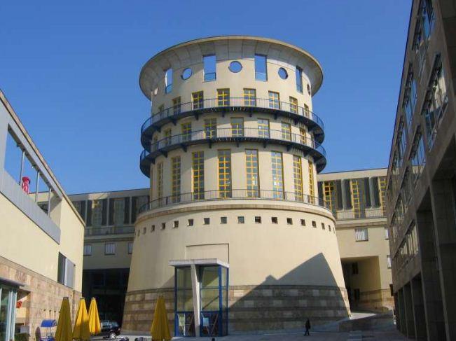 Высшая школа музыка в Штутгарте, построенная по проекту Джеймса Стирлинга.