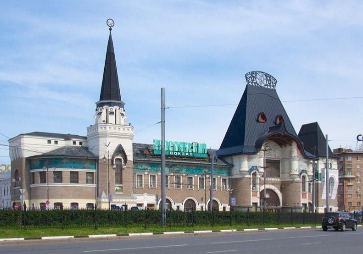 К старому зданию Ярославского вокзала в Москве в 1902 - 1904 годах Ф. О. Шехтелем был пристроен новый фасад в неорусском стиле с элементами северного модерна.