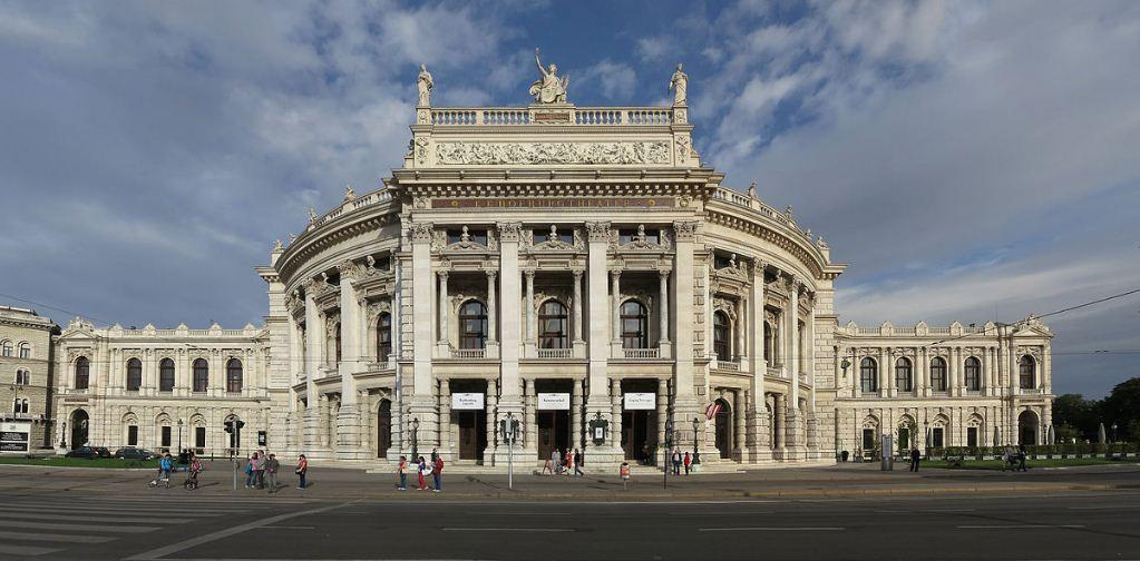 Здание Бугртеатра, построенного по проекту Земпера в 1873 - 1888 годах.