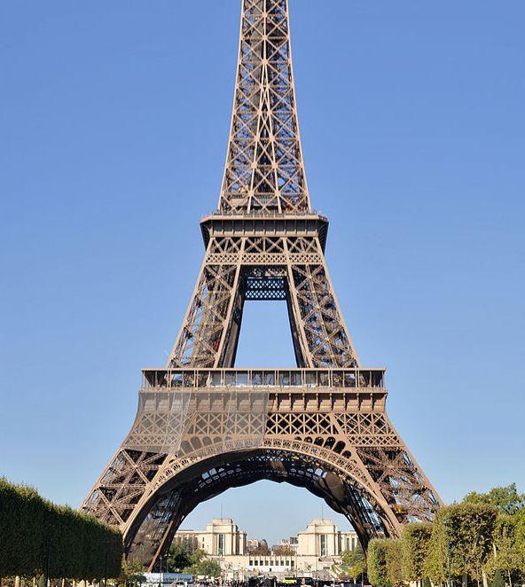 Эйфелева башня в Париже, построенная по проекту Густава Эйфеля в 1889 году, и названная в его честь.