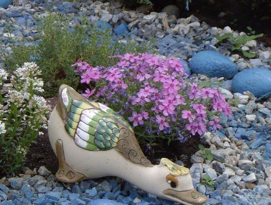 Элемент садового декора на клумбе