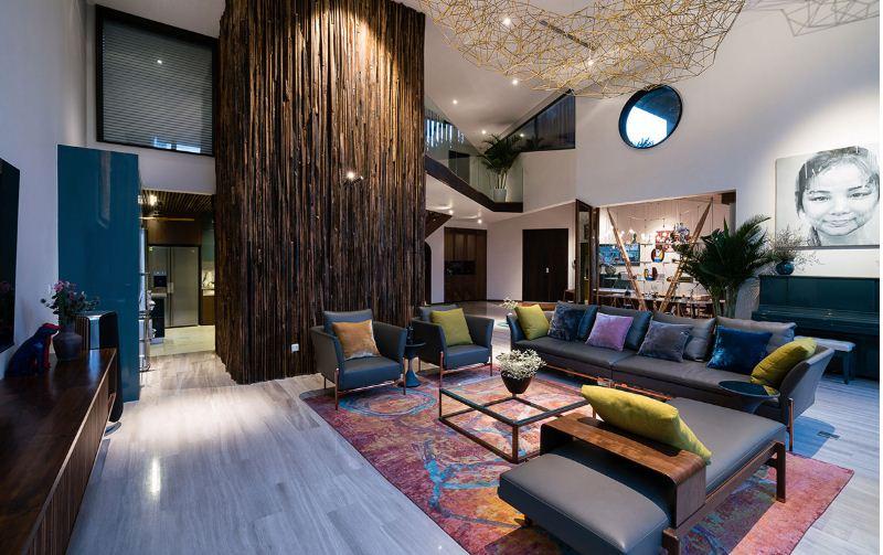 Яркие диванные подушки перекликаются с цветами ковра