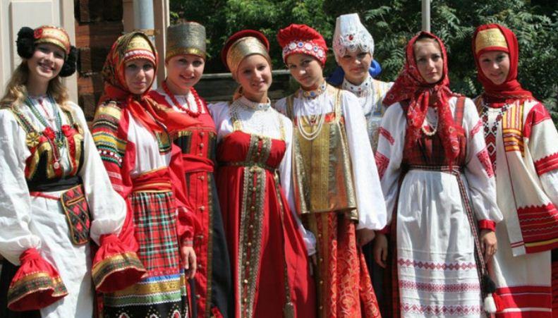 Русский женский костюм с элементами аппликации на ткани