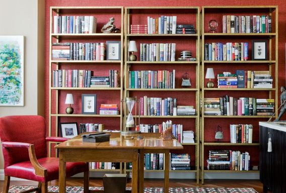 Открытые книжные шкафы дают возможность продемонстрировать богатую коллекцию литературы