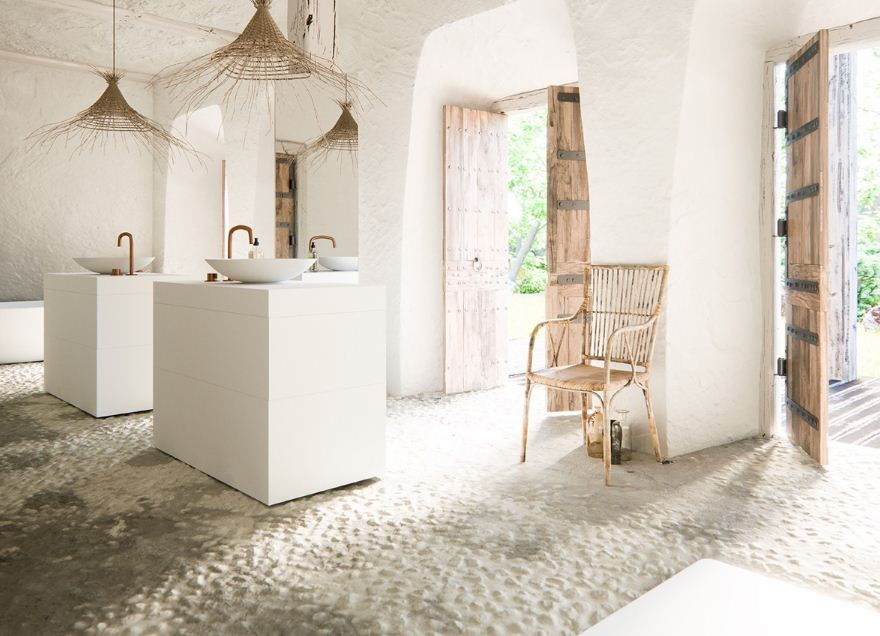 Деревенский стиль дополнен современной мебелью и сантехникой