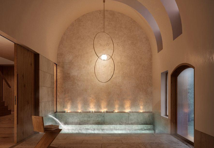 Сводчатые потолки и удлиненный подвесной светильник делают помещение ванной просторным и свободным