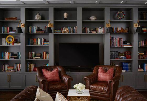 Аристократический интерьер домашней библиотеки в темных тонах