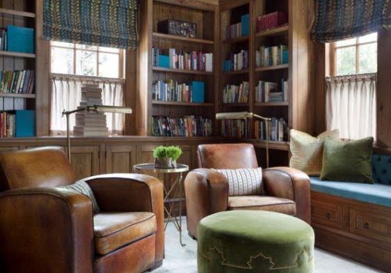 Кожаные кресла приглашают насладиться комфортным отдыхом за чтением любимой книги