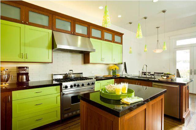 Неожиданное сочетание цвета лайма и мебели в классическом стиле.