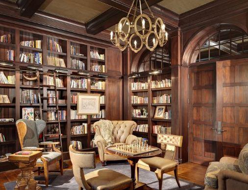Роскошная люстра в интерьере домашней библиотеки