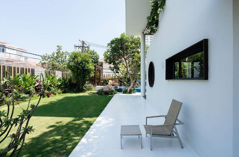 Уютный дизайн ландшафта придомовой территории.