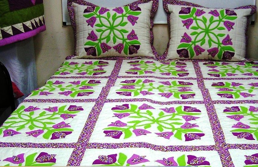 Диванные подушки и покрывало, выполненные в технике текстильной аппликации.