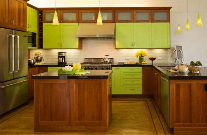 Мебель из натурального дерева коричневого цвета подчеркивает яркость тона лайма.