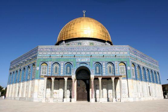 Купол Скалы и мечеть Аль - Акса, которая была построена в конце VII века в Иерусалиме на месте разрушенного храма.