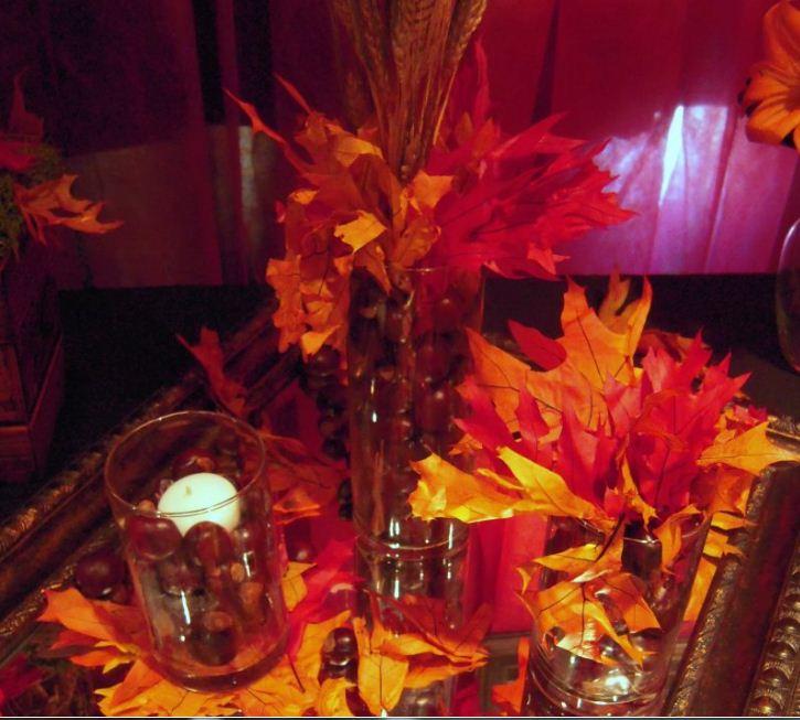 Оригинальная композиция из ярких осенних листьев.