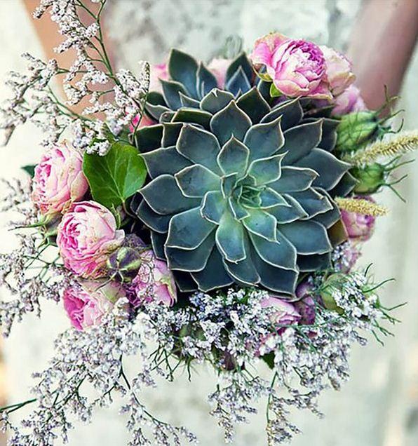Крупный цветок в центре композиции