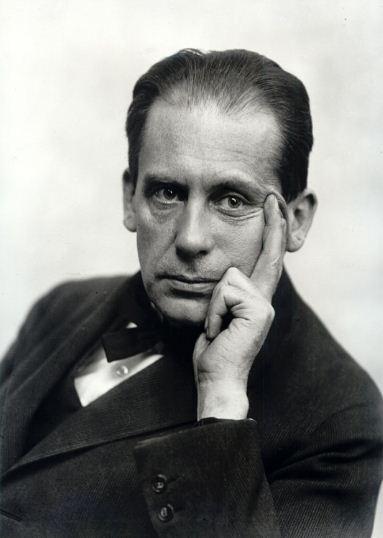 Вальтер Адольф Георг Гропиус ( 1883 - 1969 годы жизни) - известный немецкий архитектор