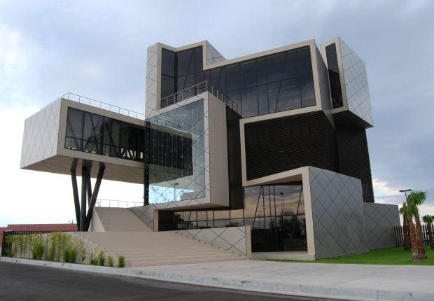 Здания подчеркнуто кубической формы можно встретить во многих странах