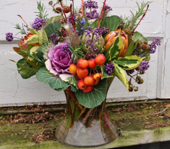 Роскошная композиция из цветов и фруктов