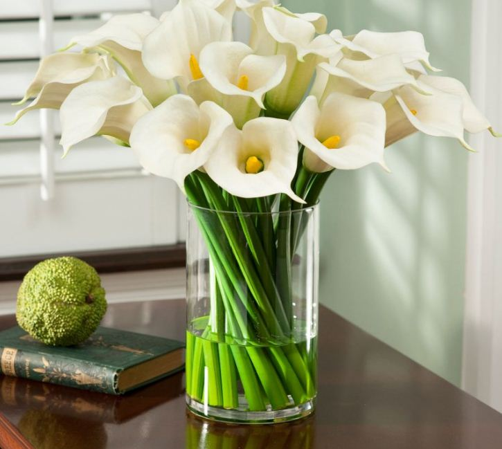 В вазах из прозрачного стекла отлично смотрятся крупные композиции из ярких, выразительных цветов.