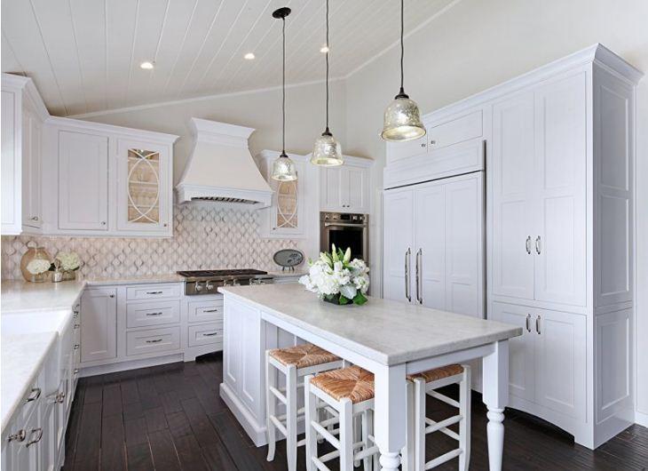 Изысканная цветочная композиция в интерьере кухни.