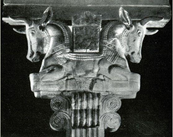 Капитель с головами быков из города Сузы ( IV век до нашей эры)