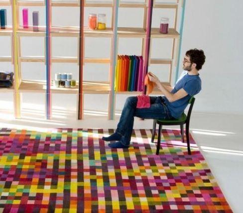 Коврик из разноцветных лоскутков по стилистике напоминает пиксель -арт