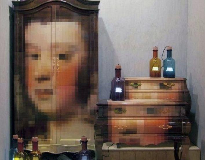 На дверцах шкафа изображение в технике пиксель - арт