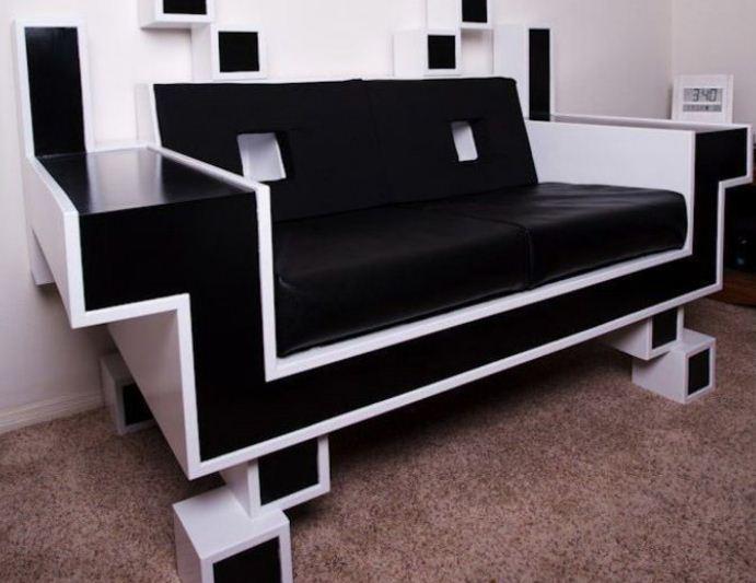 Форма дивана имеет характерные угловатые очертания.