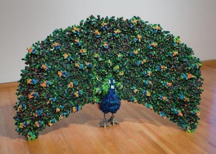 Скульптура павлина из мелких кубиков - пикселей.