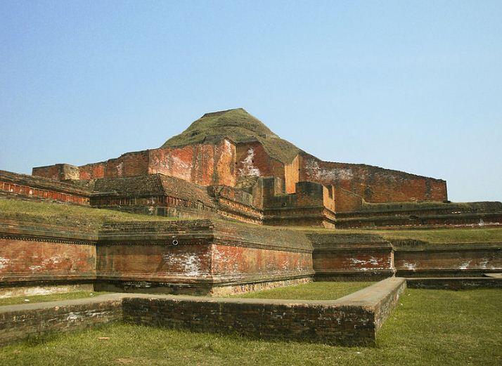 Руины буддийского монастыря в Пахарпуре