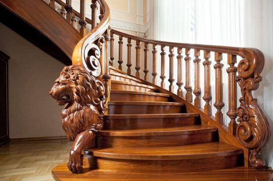 Роскошная лестница из резного дерева