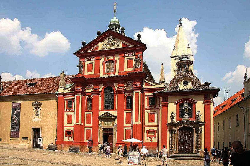 Фасад монастыря Святого Иржи ( Георгия) в Пражском граде ( заложена в 920  году).