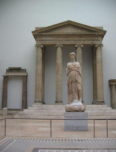 Фрагменты фасада храма Зевса в экспозиции Пергамского музея.
