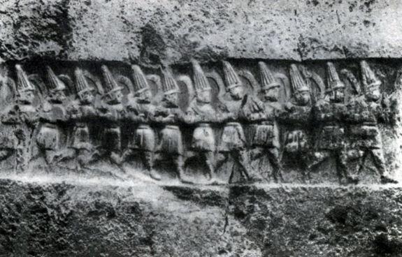 Рельефные изображения хеттских богов на стенах галереи Язылыкайя.